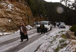 Antalyada kar esareti Yollar bile kapandı...