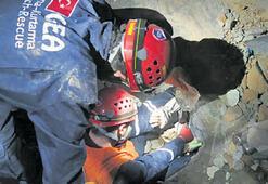Türkische Bergungsteams habe 2 Menschen gerettet