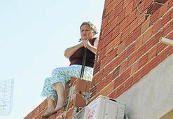 Kocasıyla çocuk yüzünden tartıştı, çatıya çıktı