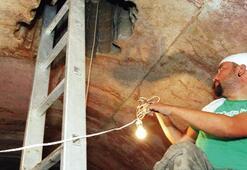 Kaçakçılar tünel kazıp 2 metrelik mermeri deldi