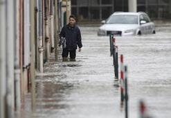 Sağanak yağışlar Fransayı çaresiz bıraktı