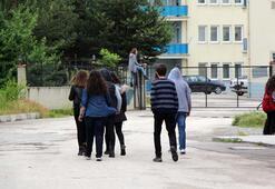 Öğretmenler 2 metrelik kapıdan atlayarak okula gidiyor