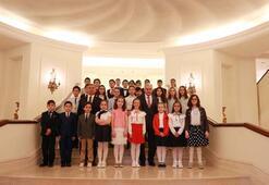 Başbakan Yıldırımın koltuğuna 11 yaşındaki Esma oturdu