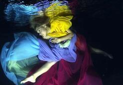 Su altında çıplak protesto