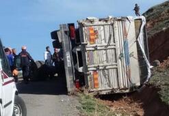 Erzurumda kamyon devrildi Ölü ve yaralılar var