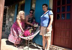 Tarık Akanın sandalyesine çiçek bıraktılar