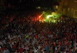 Diyarbakır BDP binasına PKK flamaları asıldı, 5 bin kişi kutlama yaptı