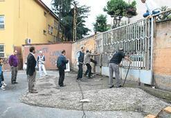 Okulun kapısı devrildi: 4 yaralı
