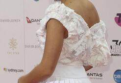 İngiliz pop yıldızının giydiği kıyafet olay oldu