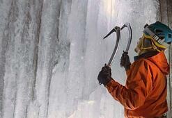Sosyal medya fenomenleri donmuş şelaleye tırmandı