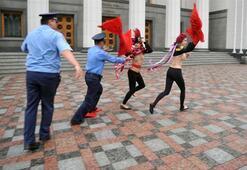 Emeklilik yaşına çıplak protesto