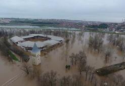 Tarihi köprü sular altında kaldı Tunca Nehrinin yayılımı sürüyor...