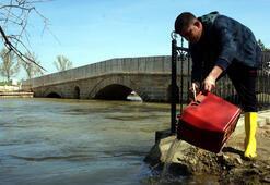 Kırkpınar Er Meydanına sürüklenen balıklar nehre salındı