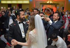 Aşiret düğününde dolar yağmuru
