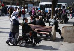 Engelli Eşini Hem Gönlünde Hem De Sırtında Taşıyor