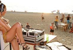 Çıplak DJ, seyirciyi az buldu