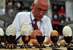 Yumurta kabuklarını sabırla işliyor