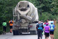 Beton mikseri maraton koşanların arasına daldı, paniği neden oldu