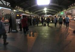 Metrobüs durağında insan seli