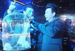 Kuşum Aydına sahnede kuş hediye edildi