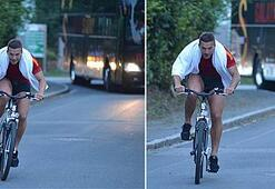 Podolski, bisikletle takım otobüsünü geçti...