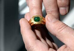 Özel motifli yüzüğü banka kasasında saklıyor