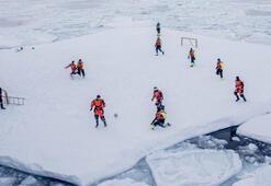 Bilim adamları, buzulların üzerinde futbol maçı yaptı