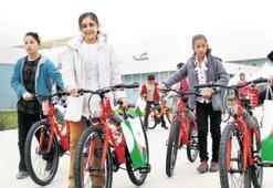 Pınar, 200 öğrenciye bisiklet hediye etti