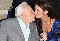 100 yaşındaki kayınpederini dudağından öptü