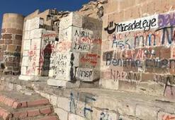Tarihi köşkün duvarında şoke eden görüntü