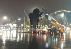 Ankarada şimdi de Kızılay Meydanı'ndaki lale heykeli kaldırıldı