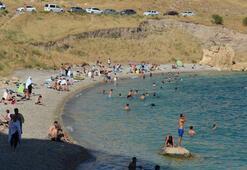 Sıcaktan bunalanlar Van Gölüne akın etti
