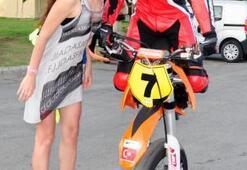 Rus turistler milli motosikletçiyi öperek tebrik etti