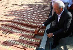 CHP Lideri adalet anıtı için hazırlanan tuğlaya adını yazdı