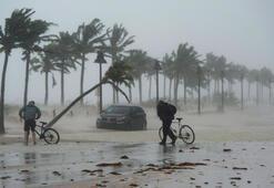 Son dakika... Irma Kasırgasının hızını sokakta test etti