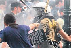 Yunanistan'da 'isyan' büyüdü Papandreu 'yeni kabine' dedi