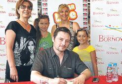 Yazar Kiremitçi kitabını imzaladı