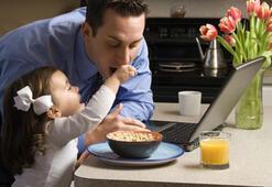 Çalışan babalar çocuklarına zaman ayıramıyor