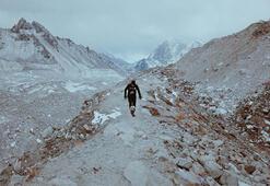 Alzheimera dikkat çekmek için top sektirerek Evereste çıktı