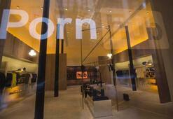Pornhubın yeni mağazasında bir yatak ve siteden canlı yayın yapan kamera var