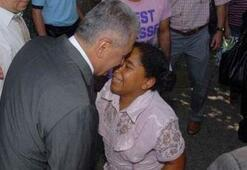 Küçük kız bakanın ayaklarına kapandı