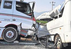 Sürüklenen minibüsten iki ölü, 11 yaralı çıktı