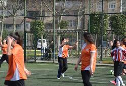 Kızlar da futbol oynar