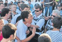 Polis taraftarın gırtlağını sıktı