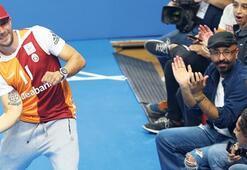 Lukas Podolski şov yaptı