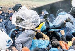 Flüchtlinge stecken im Schlamm fest