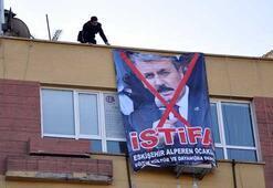 Eskişehir Alperen Ocakları Desticinin istifası için pankart astı