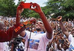 Etoo Drogba sürprizi yaptı