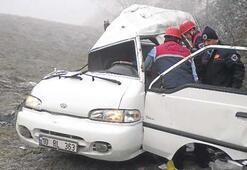 Minibüsle kamyon çarpıştı: 3 kişi öldü