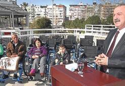 Engelliye özel tekerlekli sandalye
